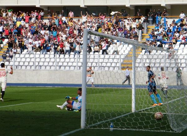 POLO DE BUENA SUERTE. El joven atacante merengue abrió el marcador con un fuerte cabezazo. (Foto: Wagner Quiroz / DeChalaca.com)