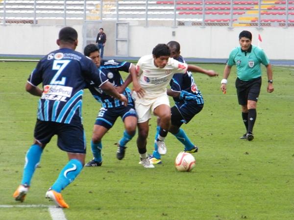 LAS GANAS DE SIEMPRE. Flores entró en la etapa complementaria y le permitió al medio campo de Universitario tener una mayor dinámica. (Foto: Wagner Quiroz / DeChalaca.com)