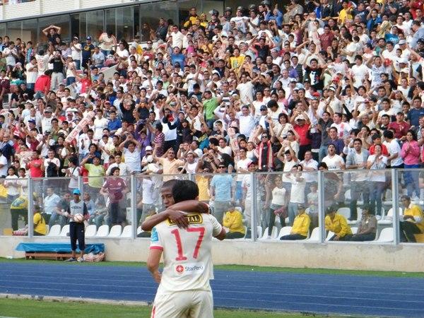 PARA EL HINCHA. El tanto de Fano hizo delirar a los hinchas cremas presentes en el Nacional. (Foto: Wagner Quiroz / DeChalaca.com)