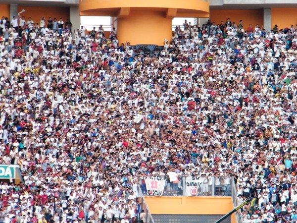 LA HINCHADA RESPONDE. Cuando más lo necesitaba Universitario, sus hinchas llenaron todas las tribunas del estadio que se habilitaron. (Foto: Wagner Quiroz / DeChalaca.com)