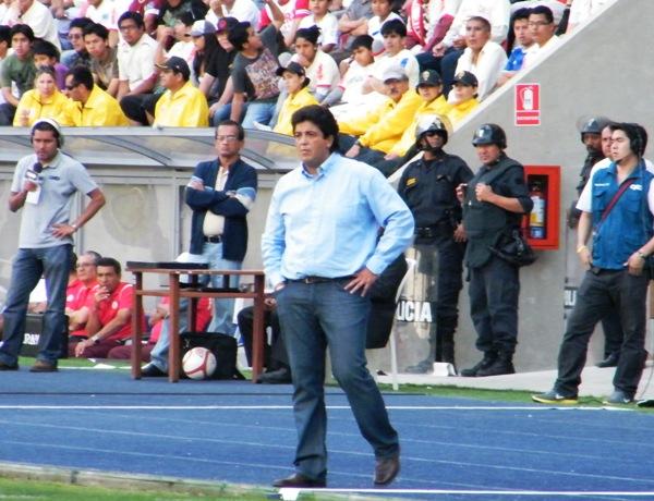 PREOCUPADO Y TENSO. Así lució el 'Chino' Rivera antes y durante el cotejo ante Universitario. (Foto: Wagner Quiroz / DeChalaca.com)