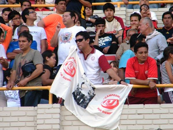 CAMUFLADA. Pese a la prohibición de llevar banderas, este hincha crema se las ingenió para lograr meter una. (Foto: Wagner Quiroz / DeChalaca.com)