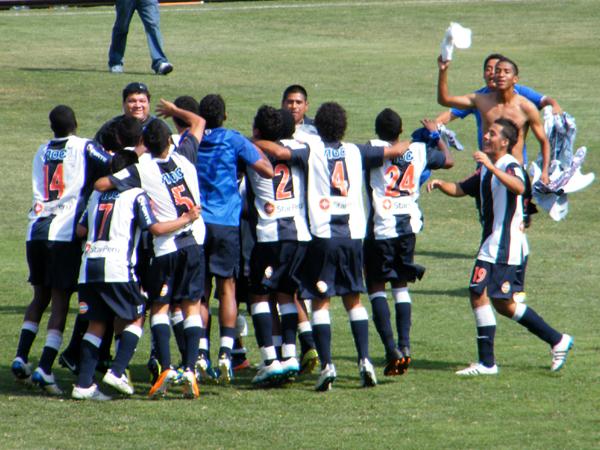 ELLOS TAMBIÉN SABEN. Celebración del equipo de reserva de Alianza Lima que logró campeonar al derrotar a Sport Boys. (Foto: Wagner Quiroz / DeChalaca.com)