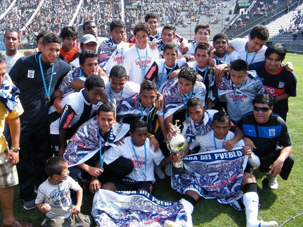 CHICOS QUE VALEN. Los muchachos de la reserva de Alianza Lima con la copa ganada en el campeonato. Una gran ayuda para el elenco profesional. (Foto: Wagner Quiroz / DeChalaca.com)