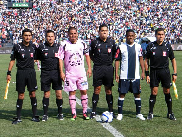 PESOS PESADOS. Mario Gómez y Juan Jayo fungiendo de capitanes de sus respectivos equipos. (Foto: Wagner Quiroz / DeChalaca.com)