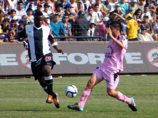 TAMBIÉN EN LO SUYO. Jhonnier Montaño lucha el balón con Antonio Lizarbe. El volante colombiano tuvo grandes momentos de fútbol. (Foto: Wagner Quiroz / DeChalaca.com)