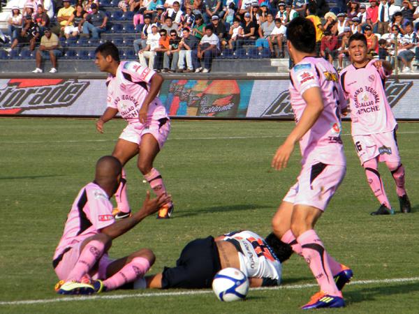 EL PRECIO DE JUGAR. Joaoziñho Arroé es derribado por la defensa de Sport Boys en un momento de ataque aliancista. (Foto: Wagner Quiroz / DeChalaca.com)