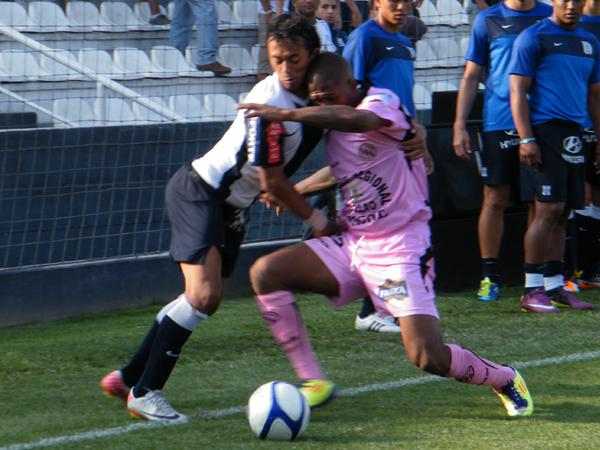 ALGUNOS CHOQUES. Joaoziñho Arroé y Jair Yglesias chocan tras disputar el balón. (Foto: Wagner Quiroz / DeChalaca.com)