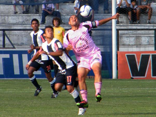 LUCHA CON TODOS. Joaoziñho Arroé y Mario Gómez disputan el esférico cerca del mediocampo. (Foto: Wagner Quiroz / DeChalaca.com)