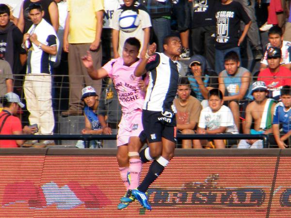 TODO LO VEN SALTAR. Juan Pablo Vergara le gana el balón en el aire ante la humanidad de Jorge Bazán. (Foto: Wagner Quiroz / DeChalaca.com)