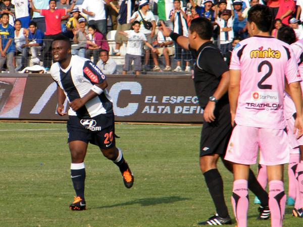OBTUVO SU PREMIO. Jhonnier Montaño corre a celebrar tras anotar su gol. Alianza Lima era superior a Sport Boys. (Foto: Wagner Quiroz / DeChalaca.com)