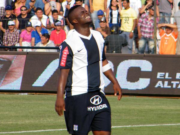 QUERÍA MÁS. Jhonnier Montaño se lamenta tras perderse un gol claro. El colombiano era ambicioso en su jugada. (Foto: Wagner Quiroz / DeChalaca.com)