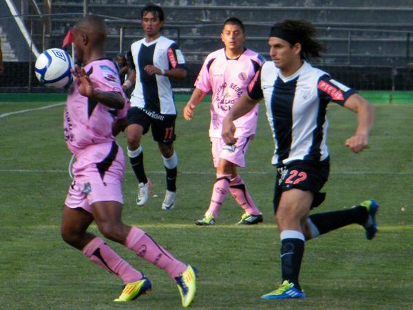 Y YA JUGABA. José Carlos Fernández ingresó al campo de juego y ya presionaba. Jair Yglesias se complica un poco. (Foto: Wagner Quiroz / DeChalaca.com)