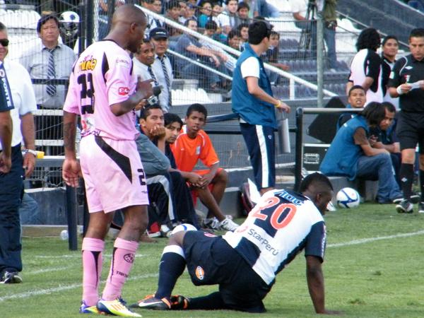 A PARARSE NOMÁS. Jhonnier Montaño queda tirado en el gramado de juego tras una jugada con Jair Ylesias quien le pide pararse. (Foto: Wagner Quiroz / DeChalaca.com)