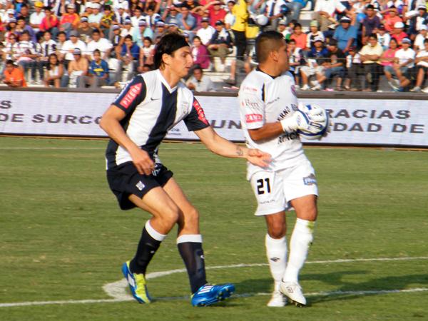 QUERÍA LO SUYO. José Carlos Fernández no llega a tiempo al balón que ya queda en manos de Fischer Guevara. (Foto: Wagner Quiroz / DeChalaca.com)
