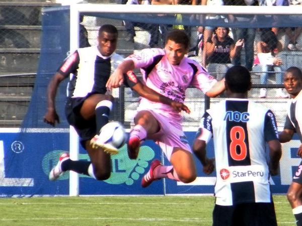 MISMOS ACRÓBATAS. Christian Ramos y Christian La Torre luchan por el balón. Juan Jayo está cerca a la acción. (Foto: Wagner Quiroz / DeChalaca.com)