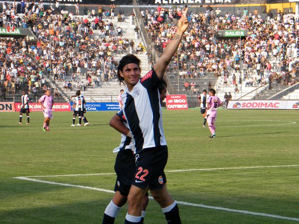 CON PACIENCIA SE LOGRÓ. José Carlos Fernández anota el 3-0 y festeja para la hinchada. (Foto: Wagner Quiroz / DeChalaca.com)