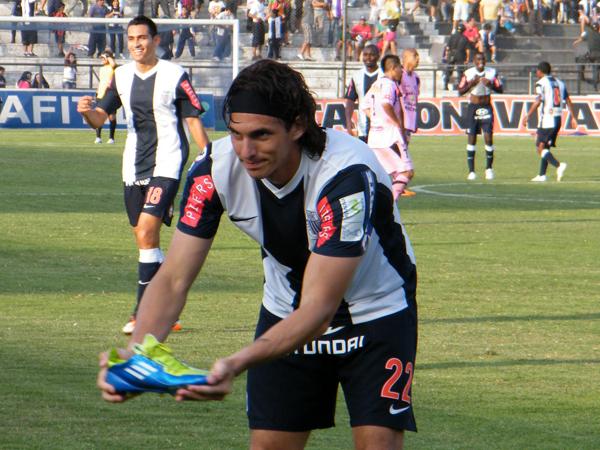 CADA UNO CON SU CELEBRACIÓN. José Carlos Fernández celebra con uno de sus botines en las manos. (Foto: Wagner Quiroz / DeChalaca.com)