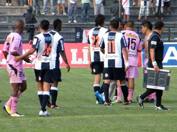 UN POCO DE TODO. Final del encuentro y algunos problemas se suscitaron con Mario Gómez. (Foto: Wagner Quiroz / DeChalaca.com)