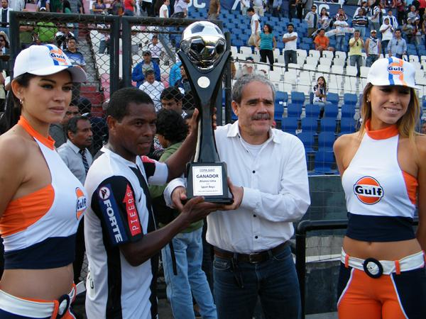 UNA COPA YA TIENE. Juan Jayo recibe la copa que se disputó en el encuentro. Ahora Alinza Lima buscará la copa principal del Descentralizado 2011. (Foto: Wagner Quiroz / DeChalaca.com)