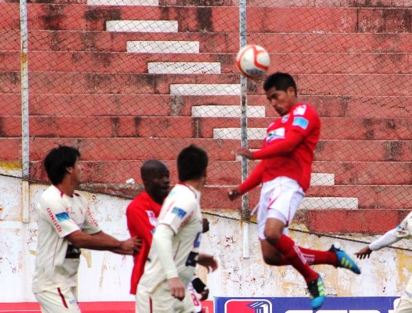 AHORA SABE. Normalmente se destaca por su buena pegada, pero Cristian García ha demostrad un interesante juego aéreo en esta temporada. (Diario del Cusco)