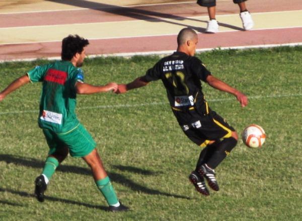 Pablo Cortizo va a la marca de Luis Salazar durante el Cobresol - CNI en la última fecha del Clausura de 2011 (Foto: diario La Prensa Regional)