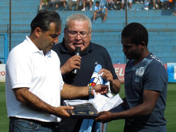 CON M DE MAGA. Álex Magallanes fue homenajeado previo al encuentro entre Sporting Cristal ante Sport Huancayo. (Foto: José Salcedo / DeChalaca.com)