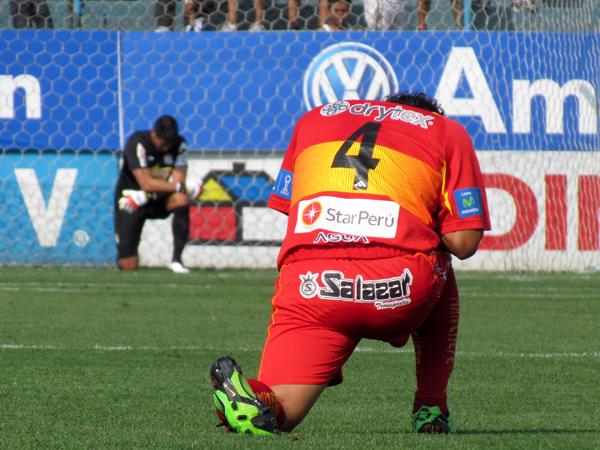 A ENCOMENDARSE. César Doy y Erick Delgado en una misma posició durante el minuto de silencio. (Foto: José Salcedo / DeChalaca.com)