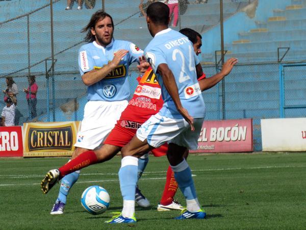 Y NO DABAN OPCIONES. Blas López no puede pasar ante la marca de Alejandro Frezzotti y Junior Ross (Foto: José Salcedo / DeChalaca.com)