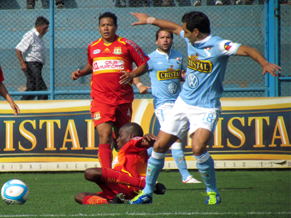 Y BUSCABA. Miguel Xímenez trata de tener el balón pero Rafael Farfán ya se bate para impedirlo. (Foto: José Salcedo / DeChalaca.com)