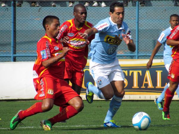 CON TODO SU ESFUERZO. Miguel Xímenez listo para la velocidad para el ataque. Hilden Salas busca frenarlo con una barrida. (Foto: José Salcedo / DeChalaca.com)