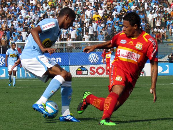 ALGO DE MAÑA. Junior Ross trata de usar su habilidad para sacarse de encima a César Doy. (Foto: José Salcedo / DeChalaca.com)