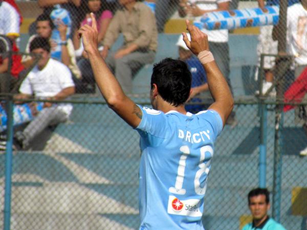 TODO ARRIBA. Xímenez saluda a toda la hinchada tras anotar su gol. (Foto: José Salcedo / DeChalaca.com)