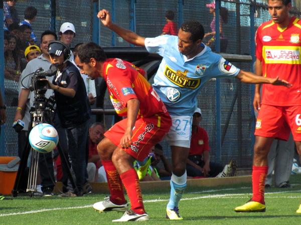 PRESIONANDO. Carlos Lobatón busca el esférico que está en el poder de Blas Lopéz. (Foto: José Salcedo / DeChalaca.com)