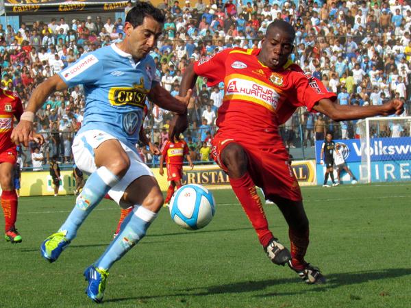 DECIDIDO PARA TODO. Miguel Xímenez trata de dominar el balón; sin embargo, Rafael Farfán ya llega para detener la jugada. (Foto: José Salcedo / DeChalaca.com)