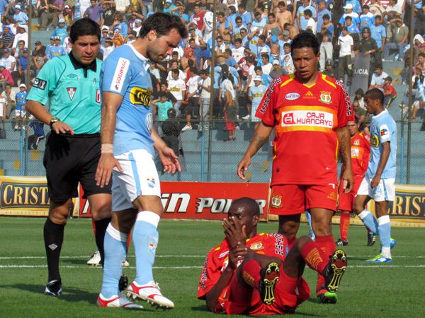 CON JUEGO FUERTE. Rafael Farfán queda tirado el gramado tras un choque con Walter Vílchez. (Foto: José Salcedo / DeChalaca.com)
