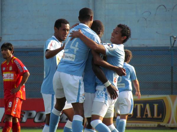HIZO LO SUYO. Luis Advíncula anota el tercer gol para Cristal y celebra con los compañeros. Miguel Mostto se lamenta de lejos. (Foto: José Salcedo / DeChalaca.com)