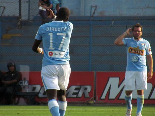 BESO DE LA SUERTE. Advíncula besa el tatuaje de su brazo como parte de su celebración de gol. (Foto: José Salcedo / DeChalaca.com)