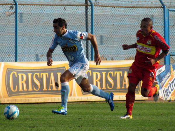 IBA POR MÁS. Miguel Xímenez quería más y se va al ataque. Johan Sotil sigue al atacante uruguayo. (Foto: José Salcedo / DeChalaca.com)