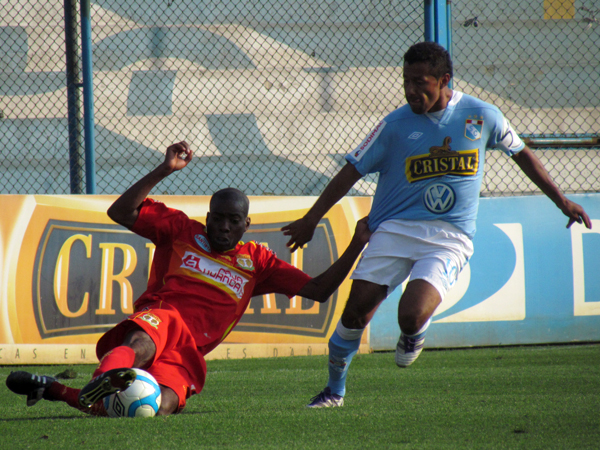 ENTRÓ Y COMPLICÓ. Roberto Palacios trata de llegar el balón pero Rafael Farfán ya se barrió y logra retener la jugada de peligro. (Foto: José Salcedo / DeChalaca.com)