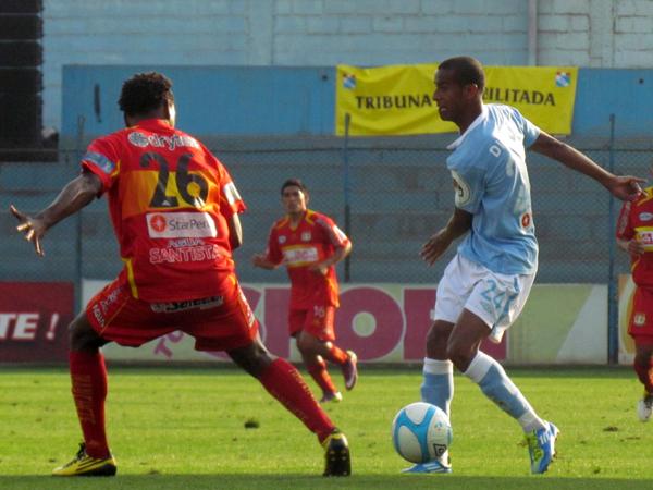 SIEMPRE BUSCANDO. Junior Ross no puede avanzar pero se las ingenia para pasar el balón y generar ataque por la banda. (Foto: José Salcedo / DeChalaca.com)