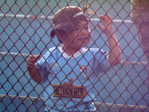 ES PARA DISFRUTAR. Un niño mira con detenimiento el encuentro y se anima a sonreir. Sporting Cristal provocó mucha alegría para su público. (Foto: José Salcedo / DeChalaca.com)