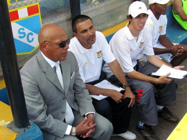 COMO EN CASA. Roberto Mosquera en el banco de su equipo. Muy pronto en el banco del elenco cervecero. (Foto: José Salcedo / DeChalaca.com)