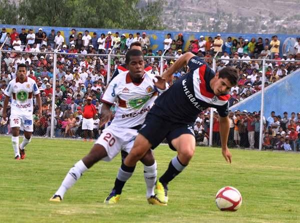 SOÑARÁN. Landauri y Corzo no se olvidarán del duelo que tuvieron en Ayacucho y que a uno dejó sin chances de Libertadores, mientras que otro se metió a Sudamericana. (El Romántico de Ayacucho)
