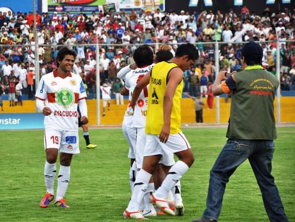 PARA TOMARLE FOTO. Inti Gas estaba en Sudamericana. Un momento histórico para el equipo gasífero. (El Romántico de Ayacucho)