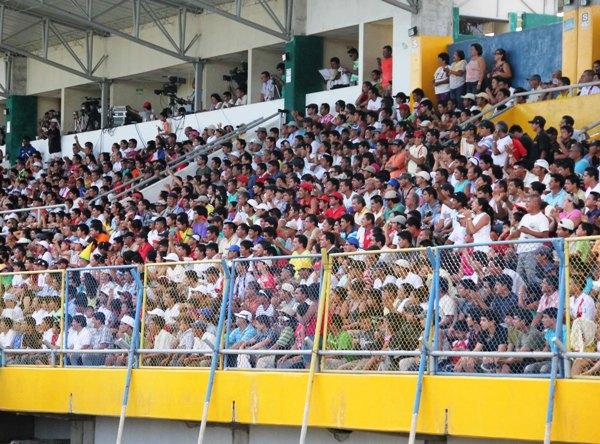 LINDO MARCO. La gente de Moyobamba llenó por completo el estadio. (Foto: Jhon Guevara / Revista Alto Mayo)