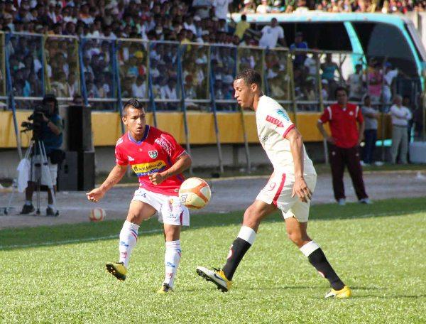 NO LO VE. Jaime Vásquez no tuvo mayores problemas para superar a Rabanal por el sector izquierdo. (Foto: Jhon Guevara / Revista Alto Mayo)