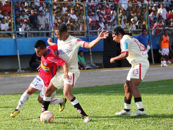 NO LO FRENAN. Vásquez logra superar la presencia de Rabanal y se dispone a penetrar el área merengue. (Foto: Jhon Guevara / Revista Alto Mayo)