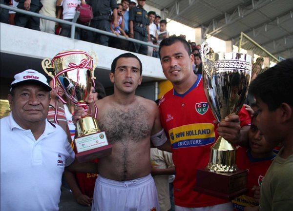 TARDE DE COPAS. Olcese y 'Malingas' Jiménez fueron los encargados se recibir los trofeos que se pusieron en disputa para el cotejo. (Foto: Jhon Guevara / Revista Alto Mayo)