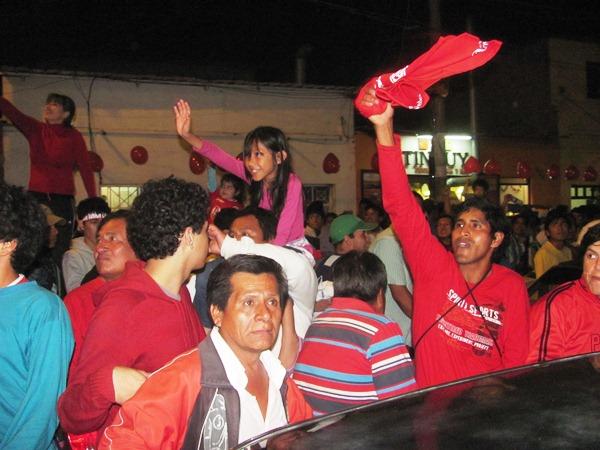CHICLAYO DE FIESTA. Los hinchas celebraban con euforia a la llegada de sus ídolos. (diario La Industria de Chiclayo)